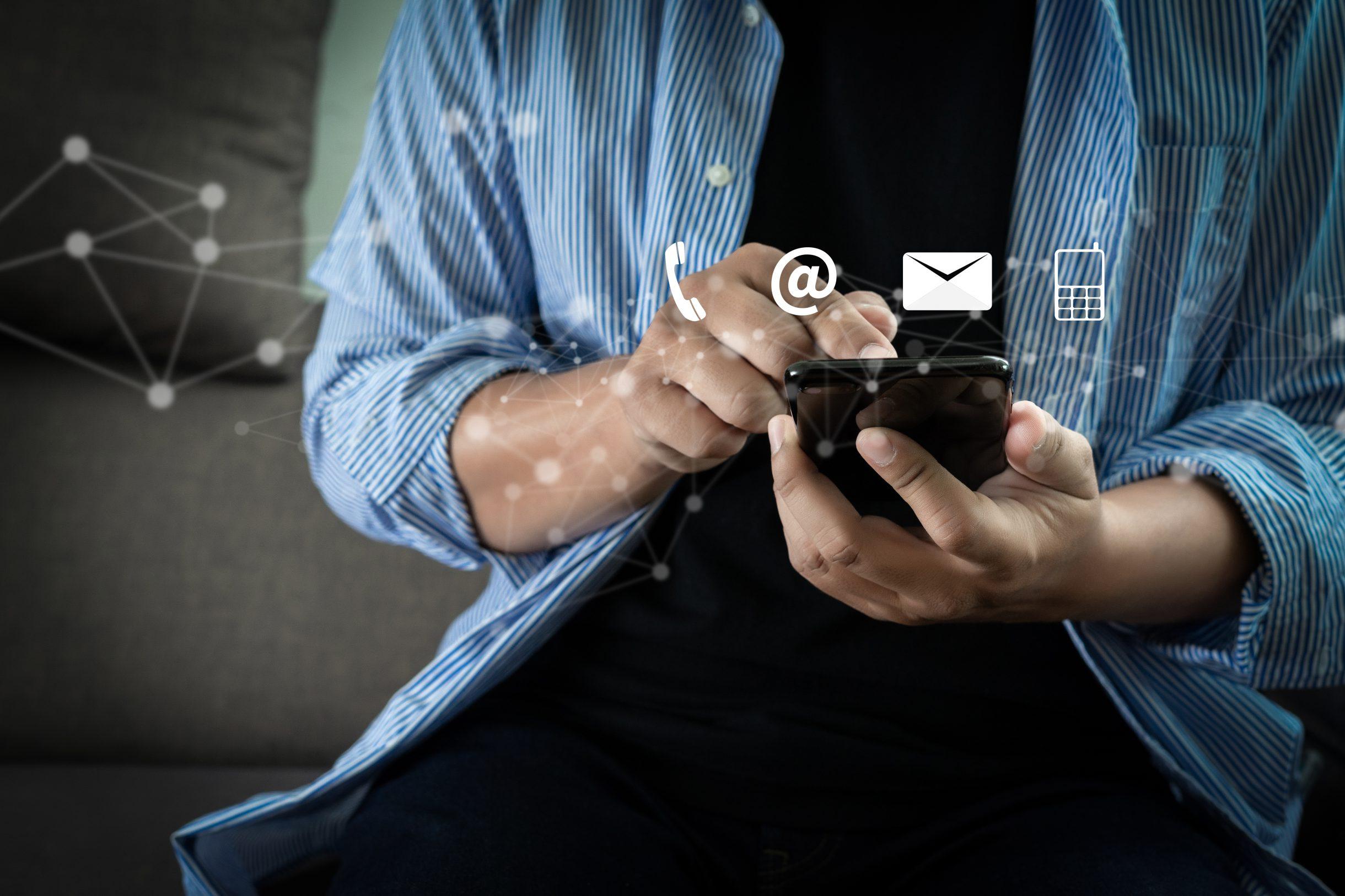 Bild eines Mannes der auf einem Smartfone tippt