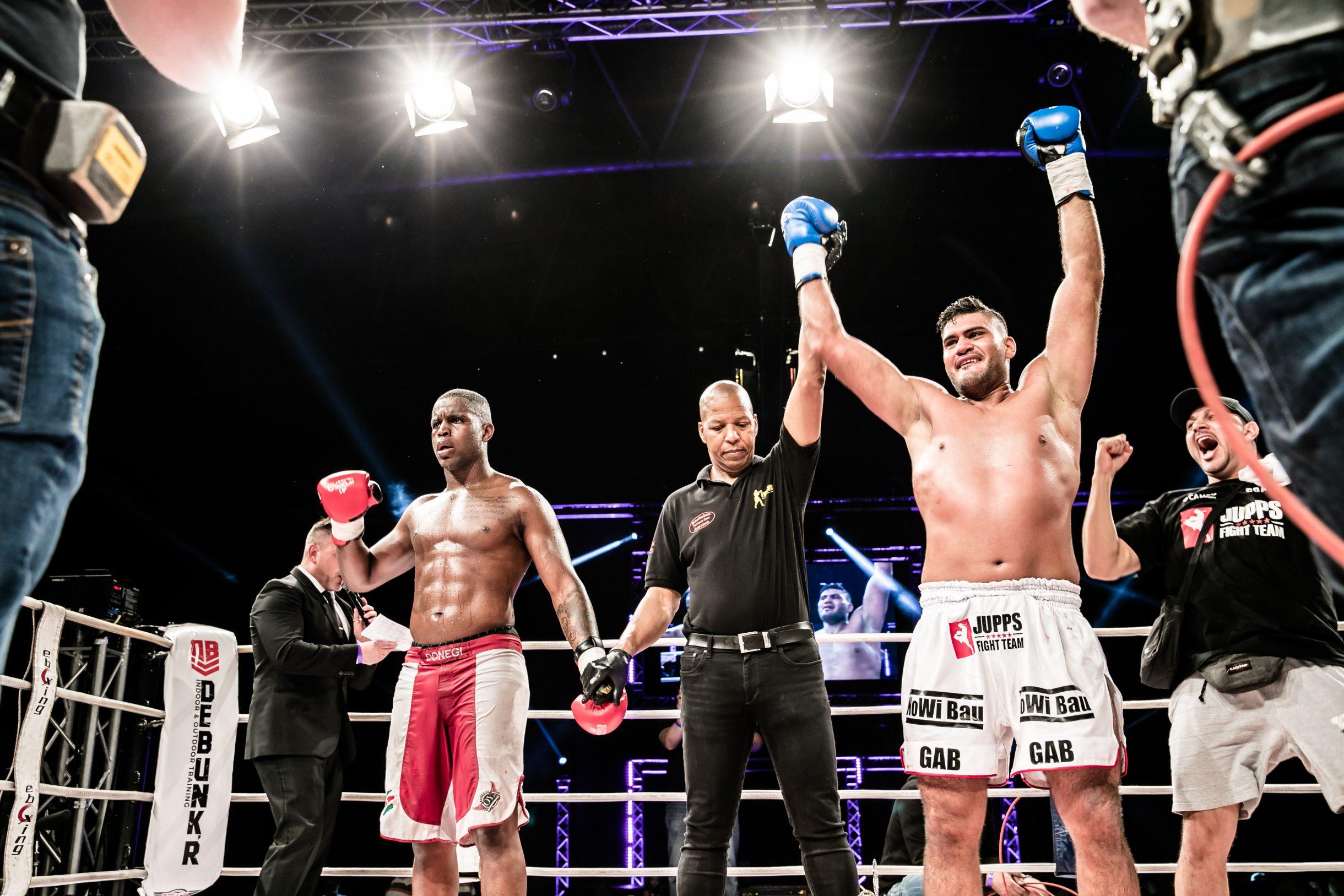 Bild von Mo Abdallah nach dem Sieg eines Kickboxingkampfes