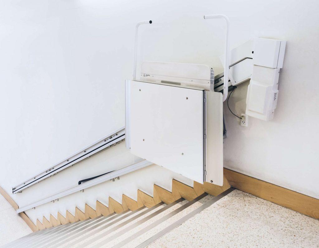 Ein Treppenhaus mit Treppenlift